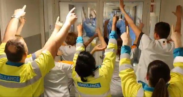 Personeel in het Maasstad Ziekenhuis zingt elkaar toe.