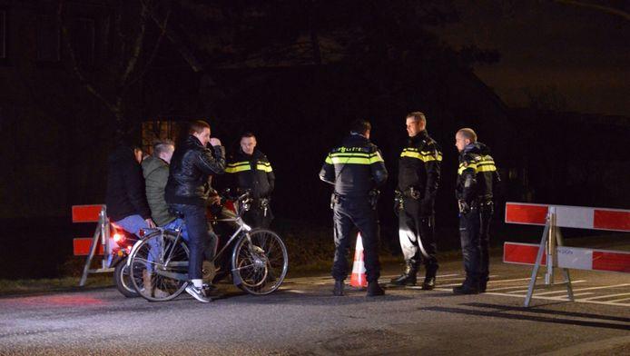 De weg bij de locatie van het verboden Project X-feest in De Lier is afgezet