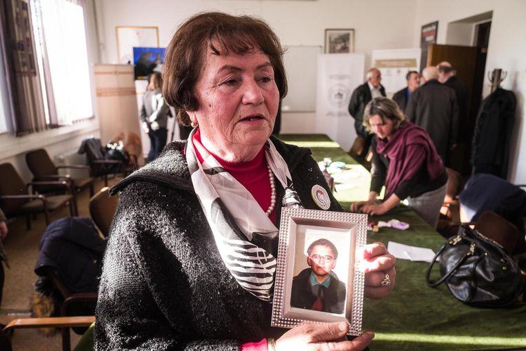 Bahra Hodžic met een foto van haar zoon. Beeld Nicola Zolin