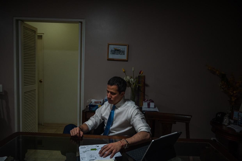 De Venezolaanse oppositieleider Juan Guaidó aan tafel in zijn huis.  Beeld ADRIANA LOUREIRO FERNANDEZ/NYT/HH