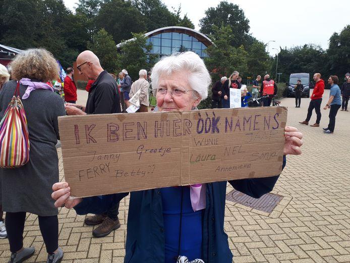 Een oudere dame is niet alleen voor zichzelf naar de vliegbasis in Volkel getogen.