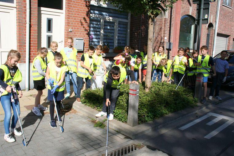 De leerlingen van het 5de leerjaar op zoek naar zwerfvuil in Klein Overlaar.