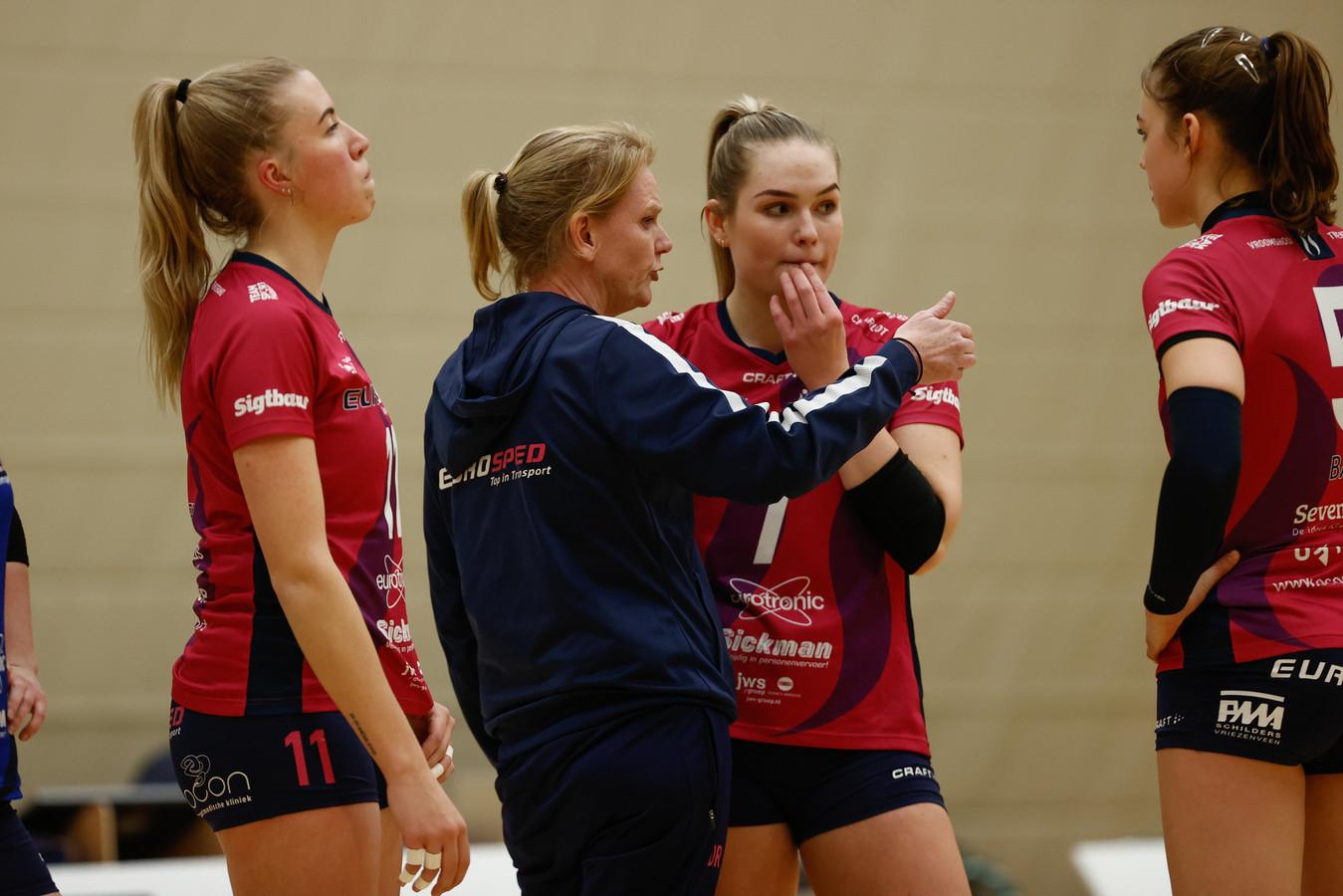 Charlot Vellener (tweede van rechts) luistert naar de aanwijzingen van coach Diane Rademaker van Team Eurosped.
