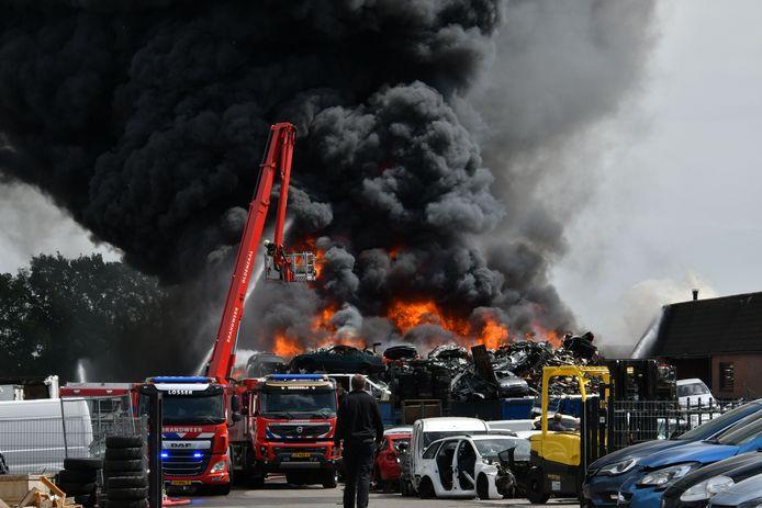 De brand bij autobedrijf Wessel.
