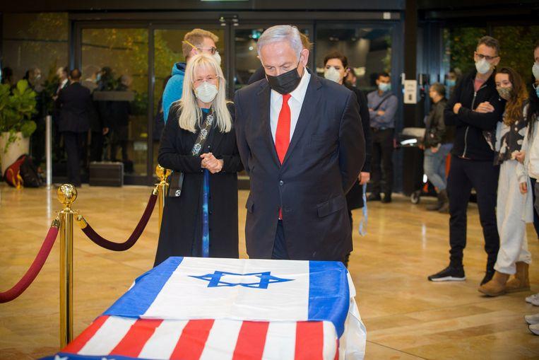 De Israëlische premier Benjamin Netanyahu staat voor de kist van Sheldon Adelson met zijn vrouw Miriam. Beeld REUTERS