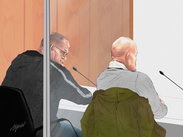 Amsterdammer Fred T. (links) met Helmonder Ad K. in de Amsterdamse rechtbank. De twee zouden een drugscrimineel hebben geliquideerd. De zaak speelt vooral rond k. die de moord bekende tegen een undercover-agent.