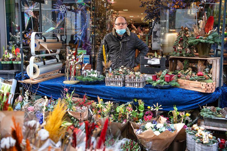 Bloemist Ricardo Boogaart kan buiten tot de Kerst doorgaan met de verkoop.  Beeld Guus Dubbelman / de Volkskrant