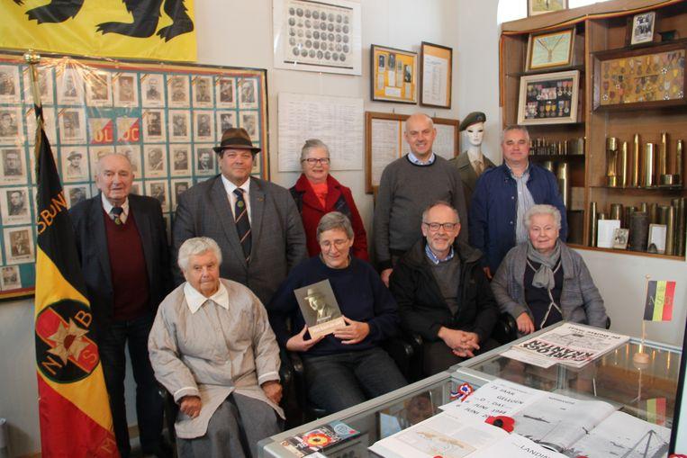 Leden van het gemeentebestuur, de Nationale Strijdersbond (NSB) en heemkring Mulenbeca bij de voorstelling van het boek rond Joseph Versavel in het vredesmuseum.