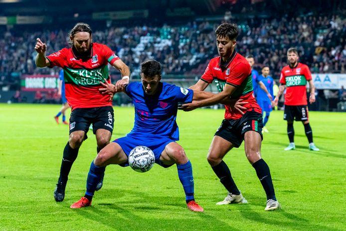 Tasos Douvikas houdt NEC-spelers Souffian El Karouani en Edgar Barreto van zich af.