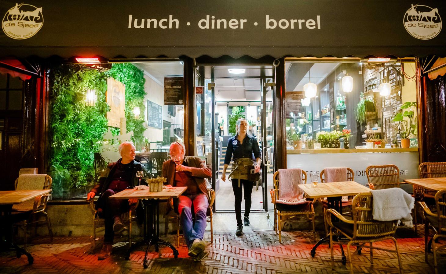Archieffoto: De lichten gaan aan in grand café de Sjees.
