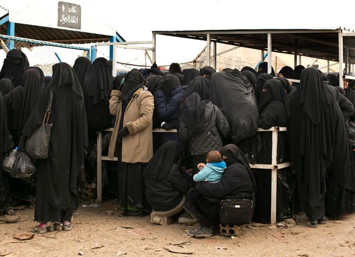 Vrouwen in de rij voor hulpgoederen in het Al Hol-kamp in maart van dit jaar.