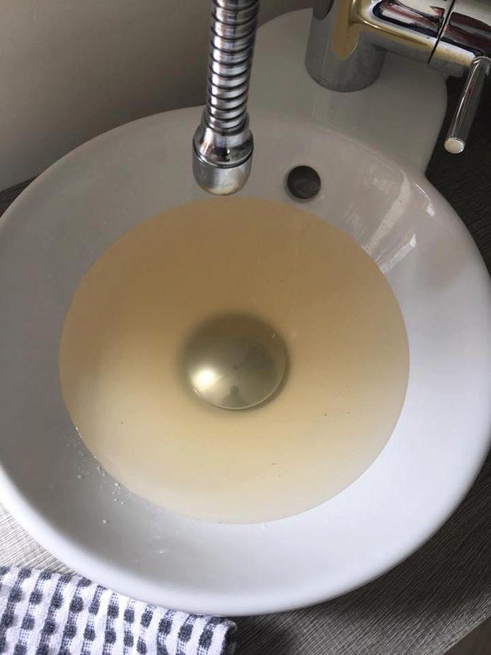 Het leidingwater in Oostakker kleurt regelmatig geel.