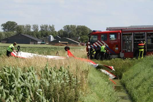 Het neergestorte vliegtuigje bij Willemstad. Hulpdiensten hebben de plek afgezet en er wordt onderzoek gedaan.