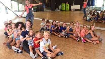 Kinderen krijgen massage tijdens Zomerkamp