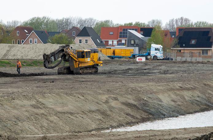 Er wordt druk gewerkt aan het bouwrijp maken van de tweede fase van bouwplan Souburg-Noord. Dit najaar moet de bouw van 32 woningen in de buurt van een nieuwe waterpartij kunnen beginnen.