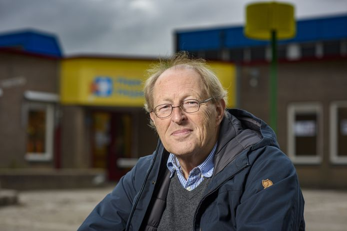 James Mol (69) zit al meer dan tien jaar tijdens verkiezingen op het stembureau in de Theo Thijssen-school in De Hoven. De Zutphenaar kan hiervoor vanaf de aankomende verkiezingen een fors verhoogde vergoeding verwachten.