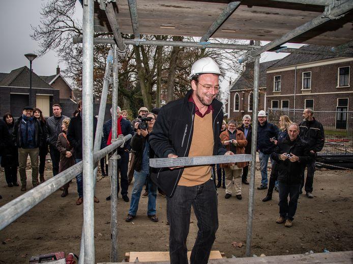 Directeur Jan van Blarikom van Zeeuwse Gronden bij starthandeling bouw woonvoorziening in Ovezande, Zuid-Beveland.