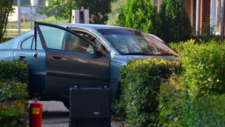 Een auto met kogelgaten in de voorruit staat in de Akkerbergstraat in Zwolle. In de vroege ochtend is een man beschoten in zijn auto. Het 48-jarige slachtoffer overleed in het ziekenhuis aan zijn verwondingen. Beeld anp