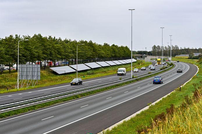 Het zonnepark in de berm van de A58 werd dit jaar in gebruik genomen.