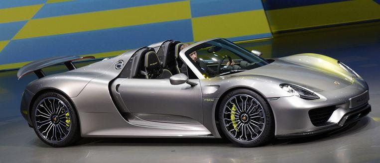 De P1 staat tentoongesteld naast de 918 Spyder, het nieuwste racemonster van Porsche. Beeld getty