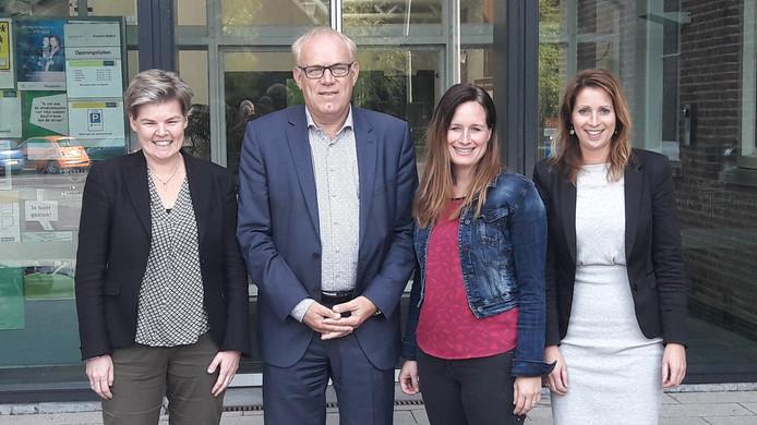 GOO-directeur Ellen Nelissen, wethouder Jan Bevers, Lieke Tijmensen van de Petrus Dondersschool en manager Marjon Schepens van KluppluZ (vlnr).