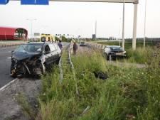 Auto schiet langs vangrail; meerdere gewonden