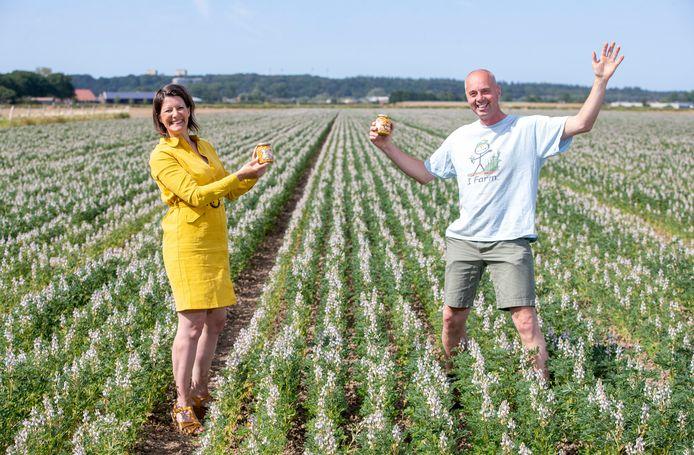 Marieke Lameris van Agrofood en Andre Jurrius van Ekoboerderij de Lingehof in een lupinebonenveld.
