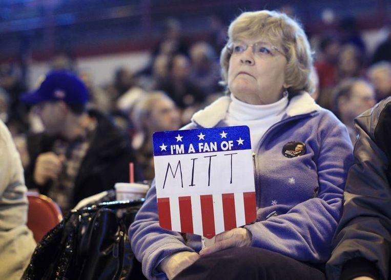 Een aanhangster van Mitt Romney wacht tot hij zaterdag het woord gaat voeren op een partijbijeenkomst in de staat Maine. Beeld reuters