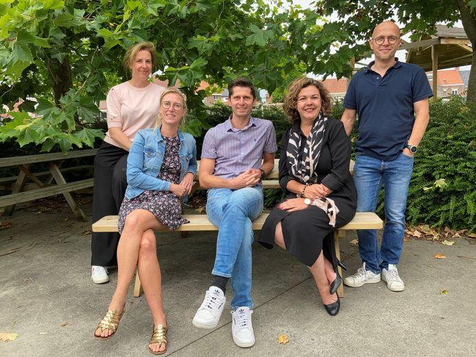 Kristof Lannoo (centraal) is de nieuwe directeur van Campus De Reynaert. Hij wordt geflankeerd door Annelies Landuyt (coördinator 2de graad), Linde Vandekerckhove (coördinator 3de graad), Ilse Marijsse (coördinator 1ste graad Salto Humano) en Sven Weyn (coördinator 1ste graad Park Uniek)