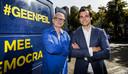 Jan Roos (L) en Thierry Baudet vierden 10 september dat er 150.000 handtekeningen binnen waren voor GeenPeil.