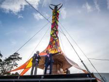 Mobieltje of elektrische fiets opladen aan kunstzinnige molen op de Hoge Veluwe