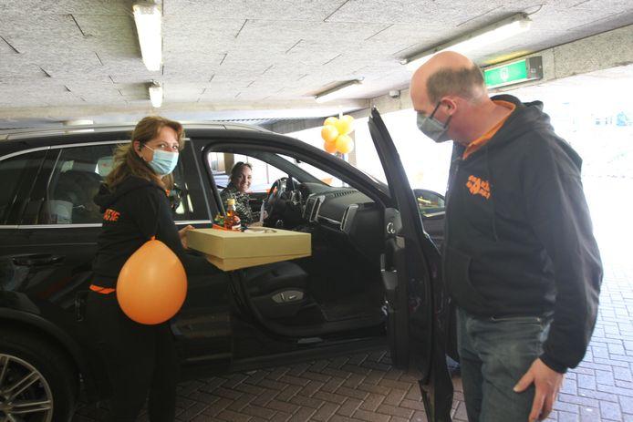 De Veldhovense winnaars komen hun Oranjepakket afhalen.