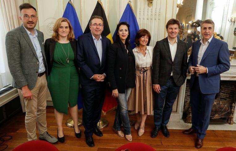 De Brusselse onderhandelaars Pascal Smet (one.brussels-sp.a), Elke Van den Brandt (Groen), Rudi Vervoort (PS), Zakia Khattabi (Ecolo), Laurette Onkelinx (PS), Sven Gatz (Open Vld) en Olivier Maingain (DeFi).  Beeld BELGA