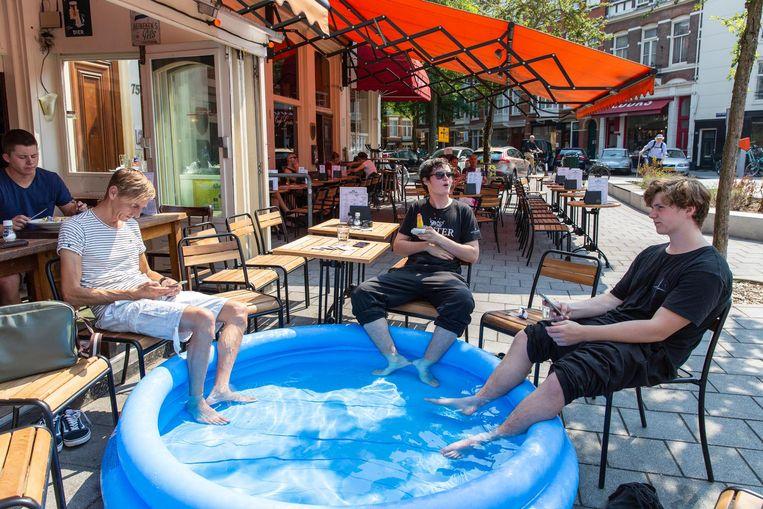 Verkoeling in een kinderbadje bij café Gruter. Beeld Dingena Mol