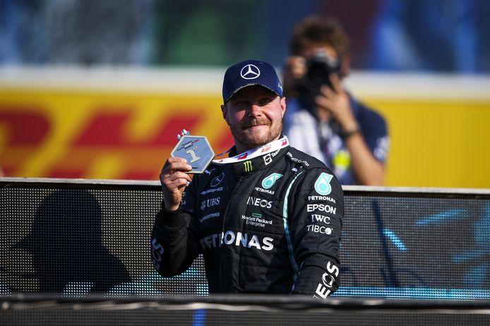 Valtteri Bottas won de sprintrace maar moet de pole morgen omwille van een gridstraf afstaan aan Verstappen.