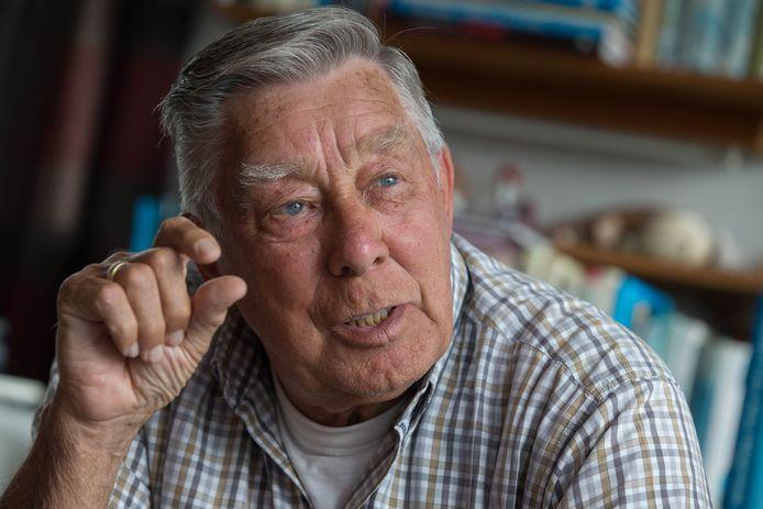 ARCHIEFFOTO. Ab Roetman uit IJsselmuiden is in de hele regio bekend als de man die bij veel activiteiten rondom '40-'45 betrokken is. Jarenlang is hij met bussen vol toeristen naar Normandië gegaan.