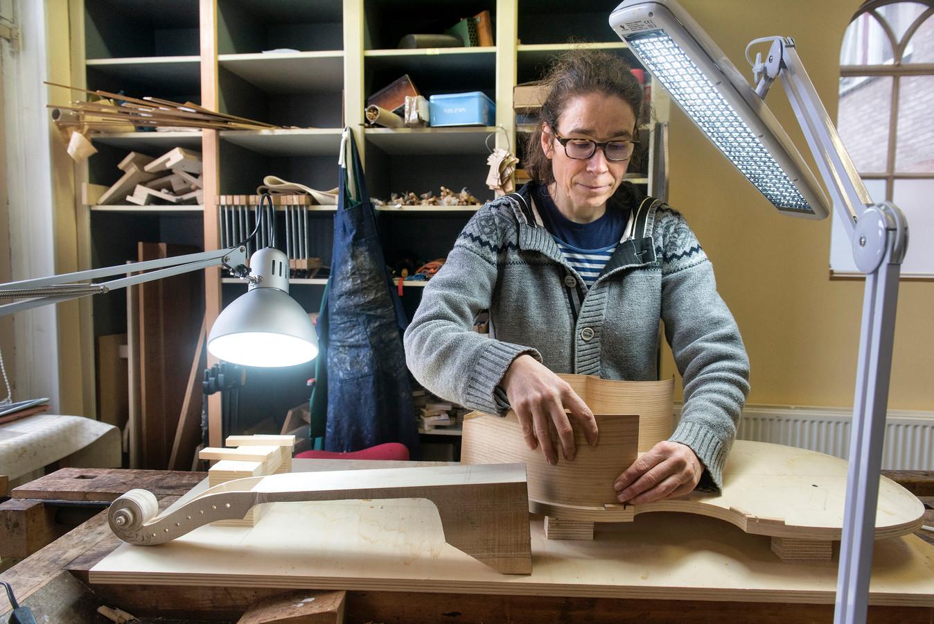 Arnhemse geesje maakt de mooiste beenviolen van de wereld foto - Tafelfabriek thuis van de wereld ...
