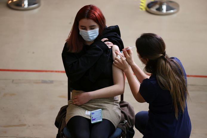 Een meisje wordt gevaccineerd. Illustratiebeeld.