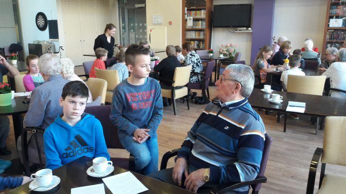 Seb Gijsbers vraagt aan Jan Huybregts hoe het is om in De Guldenakker te wonen.