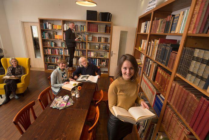 Staand Rainer Heeke, zittend Hugo Vrind en op de voorgrond Sylvia Heijnen.