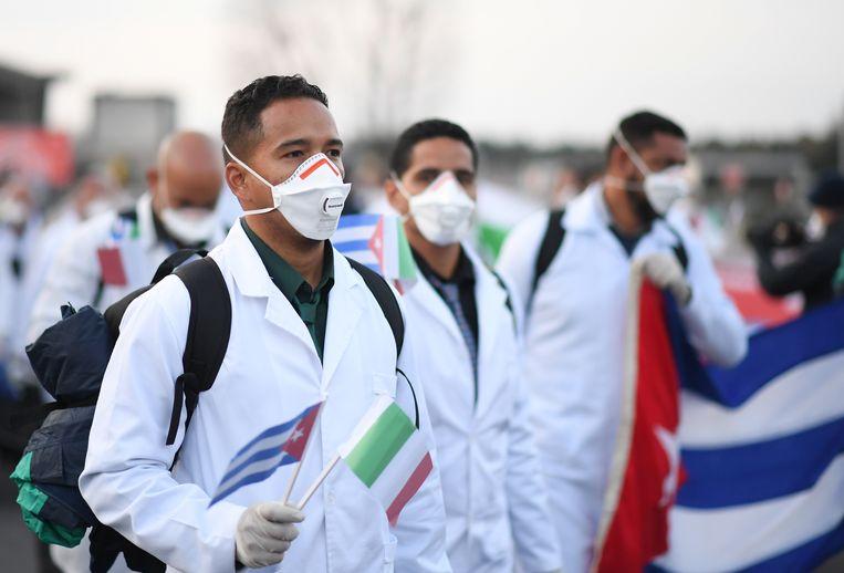 Cubaanse artsen arriveerden vorige maand op het vliegveld van Milaan.   Beeld REUTERS