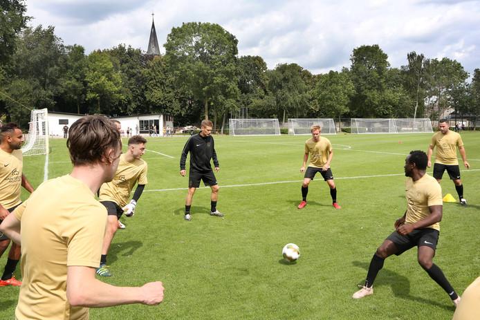 Het hyperambitieuze The White Boys onder leiding van trainer Theo Lucius ging in de eerste wedstrijd onderuit.