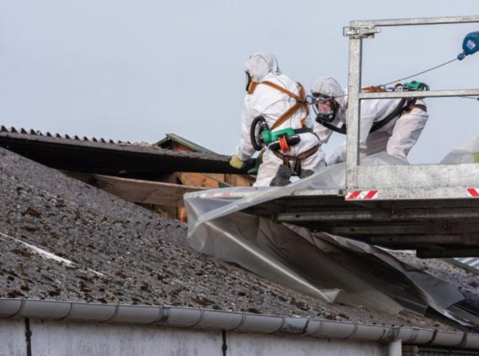 Vooral bedrijven weten de weg naar de Flevolandse subsidiepot voor het saneren van asbestdaken te vinden.