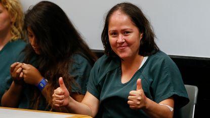 Moeder die haar man en vier kinderen vermoordde, steekt duimen omhoog in rechtszaal