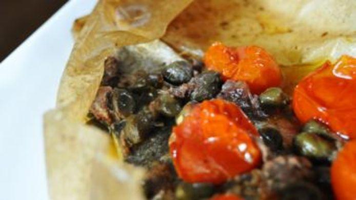 Zeebaars in bakpapier uit de oven met groenten en ansjovis