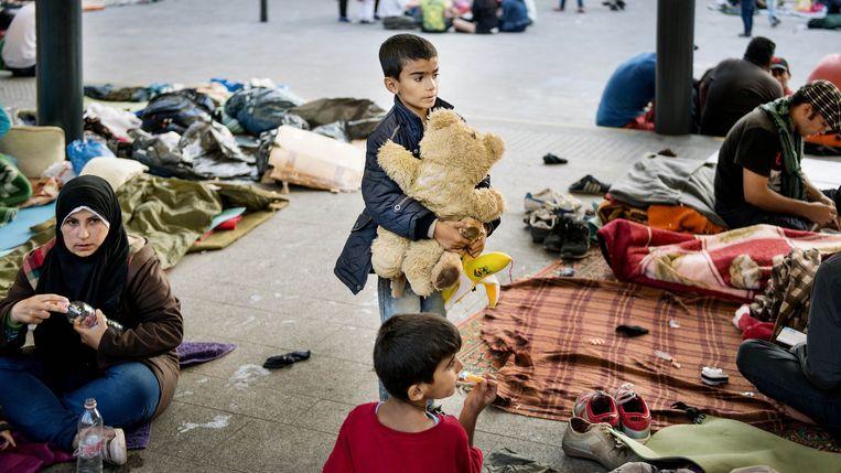 Het Keleti Station in Boedapest. Hier verzamelen asielzoekers in de hoop de trein naar Duitsland of elders te kunnen nemen. Beeld Eric De Mildt
