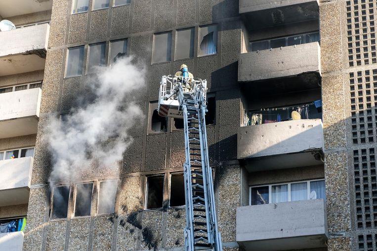 Het vuur ontstond op de vijfde verdieping van het flatgebouw in de Hoogstraat.