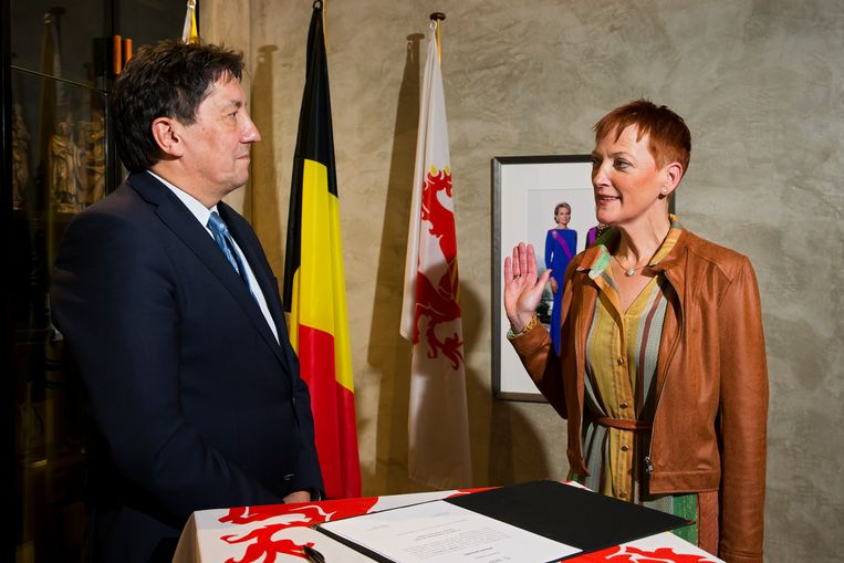 Eedaflegging van de burgemeester van Leopoldsburg, Marleen Kauffmann, bij gouverneur Herman Reynders.