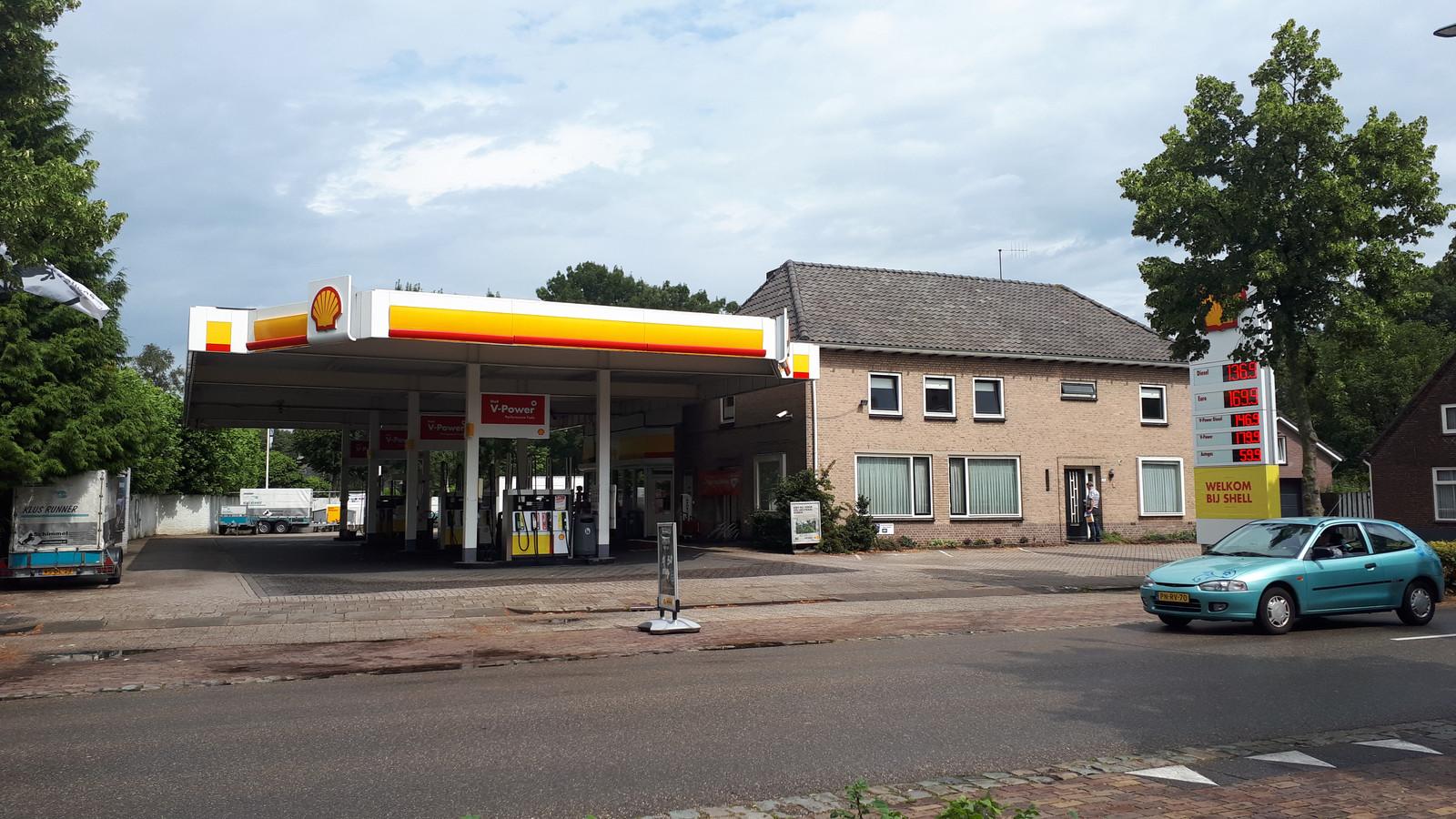 Het tankstation aan 't Dorp.