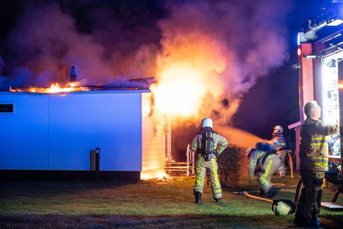 De brandweer wist te voorkomen dat het vuur oversloeg naar andere chalets.